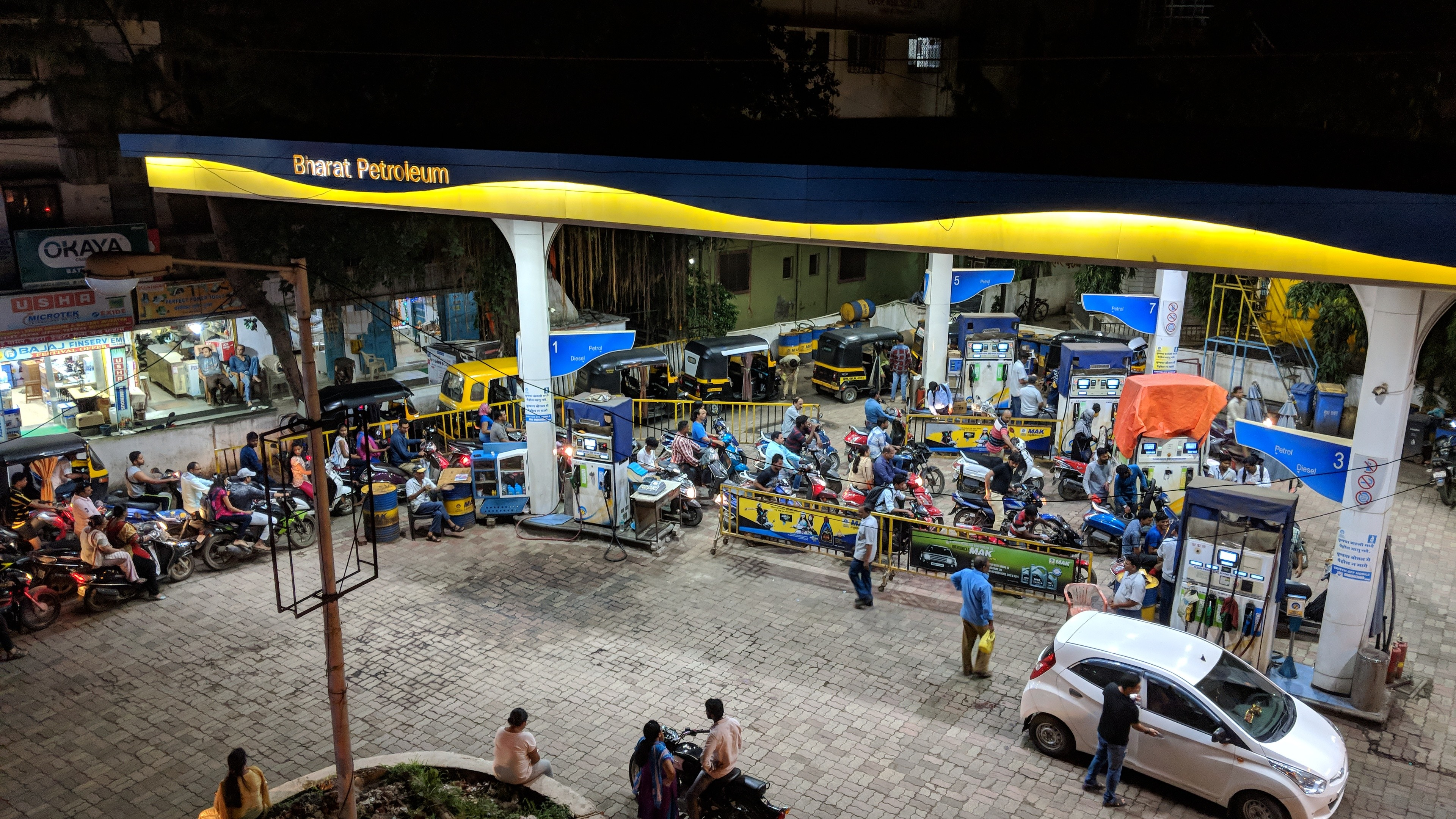 Photo of a long line for gas at a station in India.