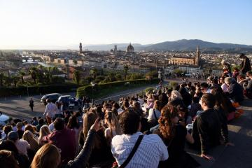 """Firenze, che spettacolo il tramonto visto dal piazzale Michelangelo/Florence, what a show is the sunset as seen from piazzale Michelangelo."" From the website of the newspaper La Repubblica, accessed 2017. Photo by Claudio Giovannini."